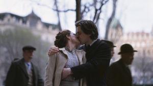 arvid och lydia kysser varandra passionerat.