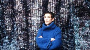 Tekstiilitaiteilija Irma Kukkasjärvi ja Sinisen kukan maa -ryijy 1981.