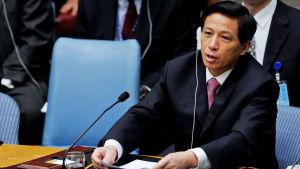 Folkkongressens talesman Zhang Yesui som tidigare var både FN-ambassadör och ambassadör i Washington, understryker att mötets beslut kommer att gagna utländska investerare