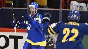 Henrik Sedin firar mål.