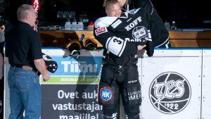 Petteri Nummelin drar på sig TPS-tröjan igen