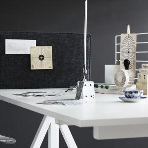Ett vitt skrivbord med japansk kaffekopp