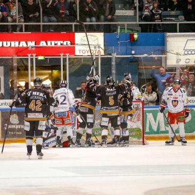 Kärpät firar ett mål i den tredje semifinalmatchen mot Tappara.