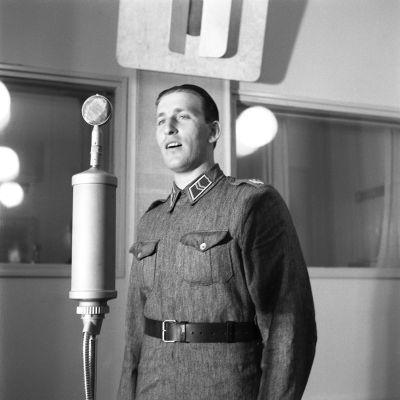 Laulaja Henry Theel studiossa mikrofonin ääressä 1944