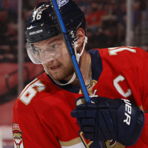 Aleksander Barkov spelar ishockey.