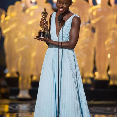 Lupita Nyongo'o med priset för bästa kvinnliga biroll
