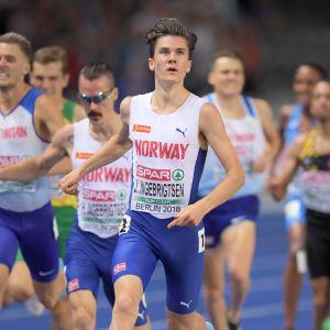 Jakob Ingebrigtsen etta över mållinjen.