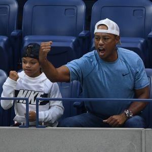 Tiger Woods med sonen Charlie på tennismatch 2019