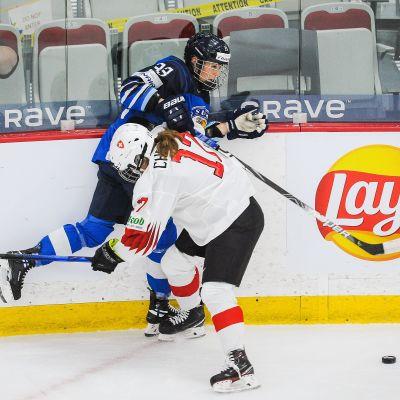 Suomen  Michelle Karvinen ja Sveitsin Lara Christen törmäävät jäällä.