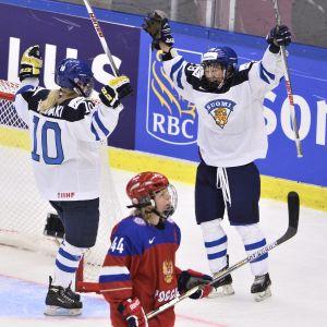 Linda Välimäki och Karoliina Rantamäki firar 3-0 till Finland.