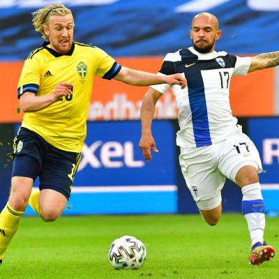 Emil Forsberg och Nikolai Alho kämpar om bollen.