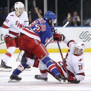 Mika Zibanejad och Sebastian Aho i en duell på isen.