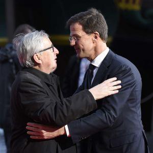 Nederländernas premiärminister Mark Rutte (till höger) välkomnar  EU-kommissionens ordförande Jean-Claude Juncker