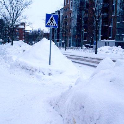 Snöhögar framför övergångsställe