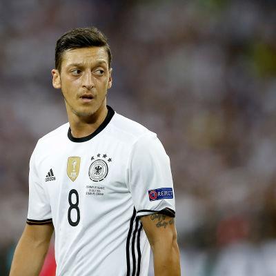 Bild på fotbollsspelaren Mesut Özil.