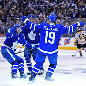 Torontos spelare firar efter att Tomas Plekanec avgjort matchen.