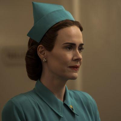 På bilden syns skådespelaren Sarah Paulson iklädd en turkos sjuksköterskeuniform från 1950-talet.