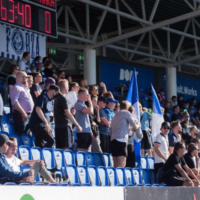 Fotbollsläktare med publik.