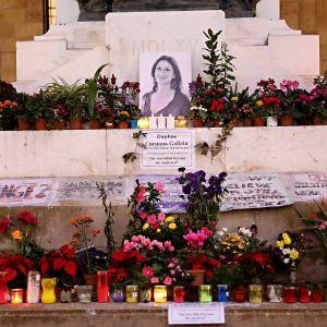 Blommor och ljus har lagts ner vid en bild på bloggaren Daphne Caruana Galizia som mördades med en bilbomb.