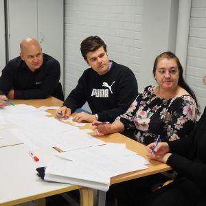 Opiskelijoita ja Rollock Oy:n työntekijöitä yhteisessä kehittämispäivässä.