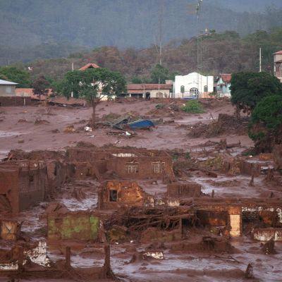 Mutavyöry tuhosi Bento Rodriquesin kylän. Kuva on vyöryn jälkeiseltä päivältä.