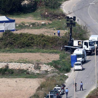 Polisen undersöker vraket av journalisten Daphne Caruna Galizias bil, som sprängdes med en bomb. Caruna Galizia dödades i explosionen.