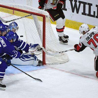 Filip Chlapik (Ottawa Senators) tekee maalin Kasimir Kaskisuolle NHL-lupausten turnauksessa vuonna 2017.