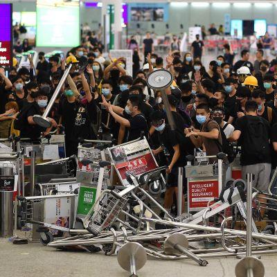 demonstranter blockerar flygfält.