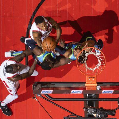 Raptorsin Kyle Lowry tekee korin Mavericksia vastaan NBA:ssa.