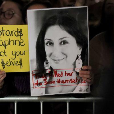 Plakat med bild på den mördade maltesiska journalisten Daphne Caruana Galizia.