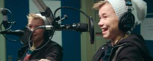 Martinus ja Marcus istuvat radiostudiossa.
