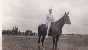 Mannerheim alasti hevosen selässä.