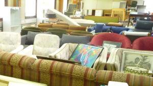 Återvunna möbler i Pro-Uusiokeskus i Borgå.