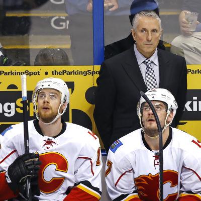 Bob Hartley håller ett vakande öka över Calgary-spelarna Matt Stajan och Lance Bouma.