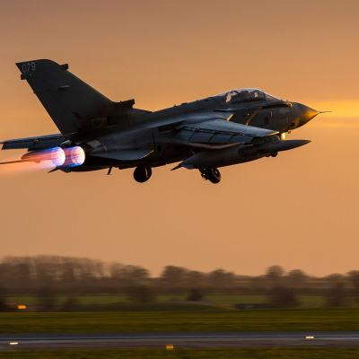 Brttiiska flygvapnets Tornado GR4 lyfter från flygbasen RAF Marham i England den 1 december 2015.