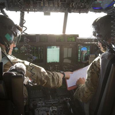 Brittiskt militärflyg deltar i spaningarna efter det krascahde Egypt air-planet i Medelhavet.