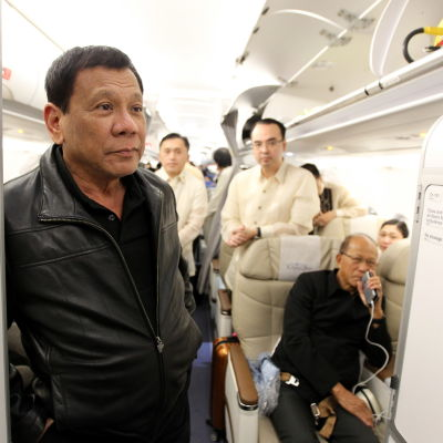 Filippinernas president Rodrigo Duterte ombord på ett flyg till Bangkok, Thailand 20.3.2017
