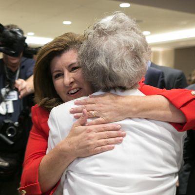 Karen Handel kramar en anhängare i Atlanta i Georgien.