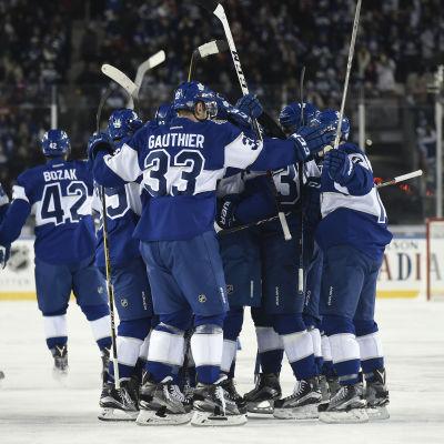 Toronto firar ett mål på isen.