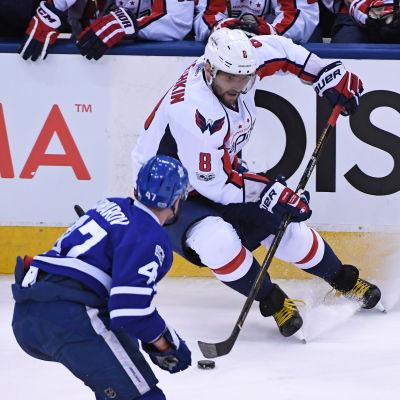 Alexander Ovetjkin och Leo Komarov går hårda dueller i NHL-slutspelet.