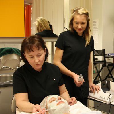 Kosmetologian opiskelijat Leena Salmi, Linda Röyskö ja Laura Pääkkönen