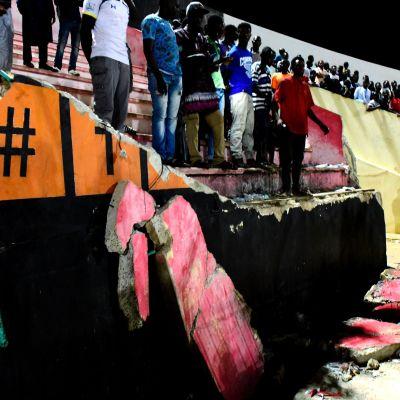 En vägg har rasat på en arena i Senegal
