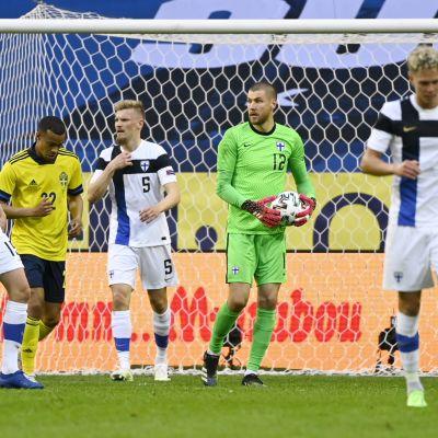 Finlands spelare i en träningslandskamp mot Sverige.