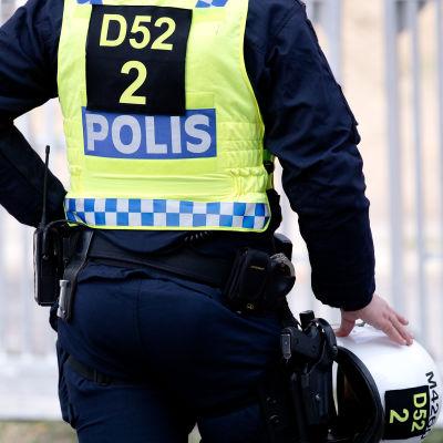 Bild av svensk polis tagen bakifrån.