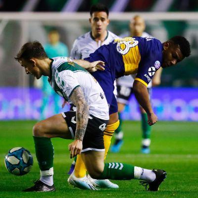 Rodrigo Arciero taistelee pallosta.