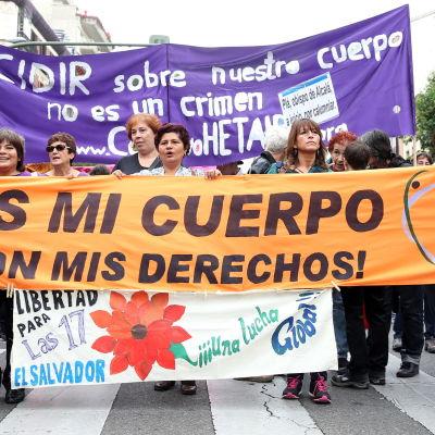 """Demonstranter från Den feministiska rörelsen i Madrid håller upp banderoller med texterna """"Att bestämma över våra kroppar är inte ett brott"""" samt """"Det är min kropp och mitt val"""" under en demonstration på den internationella dagen dör dekriminalisering av"""