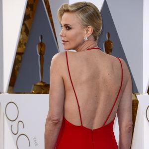 Charlize Theron på Oscarsgalan 2016.