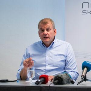 Erik Röste och Martin Johnsrud Sundby under en presskonferens.