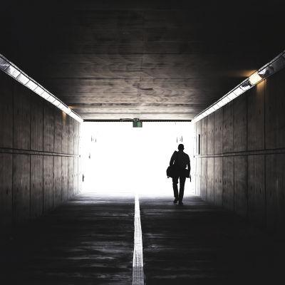 En person går genom en tunnel.