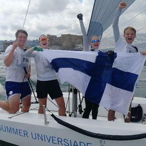 Finländsk seglarkvartett firar Universiadguld.